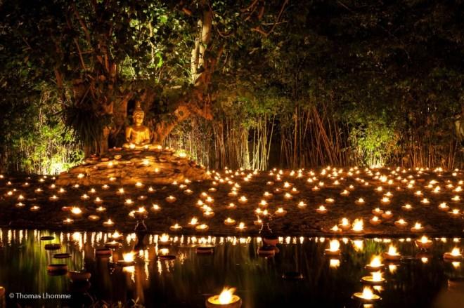 Plus d'un millier de bougies sont disposés sur le sol.