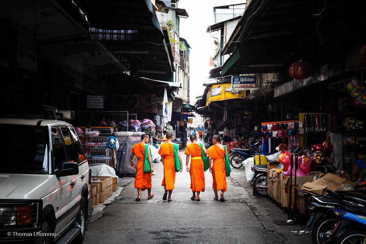 Des jeunes moines se promenant dans la marché de Warorot
