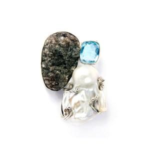 spilla-iondolo-fatto-a-mano-argento-astrophilite-perla-topazio-azurro-crinum