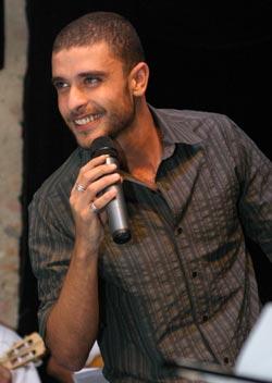 Diogo-Nogueira-microfone