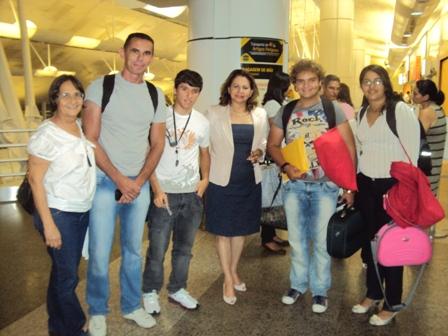 Secretria_de_Educao_acompanhou_embarque_dos_alunos_para_o_Equador_-_Divulgao