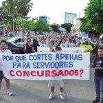 Grevistas_realizaram_mais_um_ato_na_Praa_do_Pax_e_coletaram_mais_de_uma_tonelada_de_leite_em_p_para_doar_ao_Abrigo