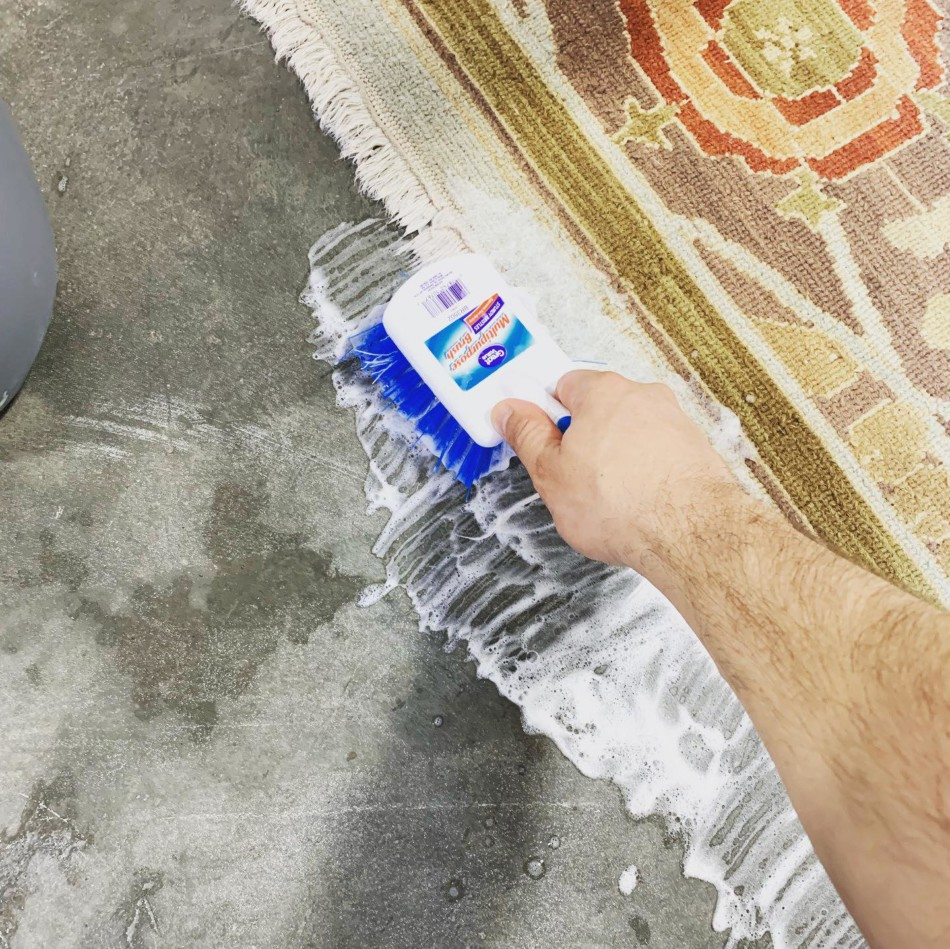 Rug fringes cleaning