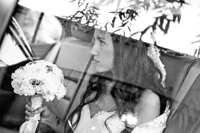 La novia en el auto rumbo al salón