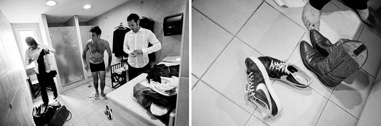 El novio en el hotel donde se prepara para la boda