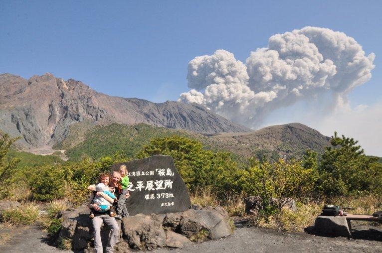 Wybuch wulkanu Sakurajima widziany z punktu obserwacyjnego Yunohira.