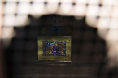 Widok z bliska na Łzy Dawida - jedyne źródło wody w Dawid Garedża