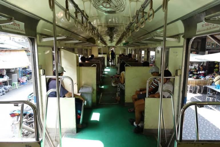 Pociąg drugiej klasy w Tajlandii