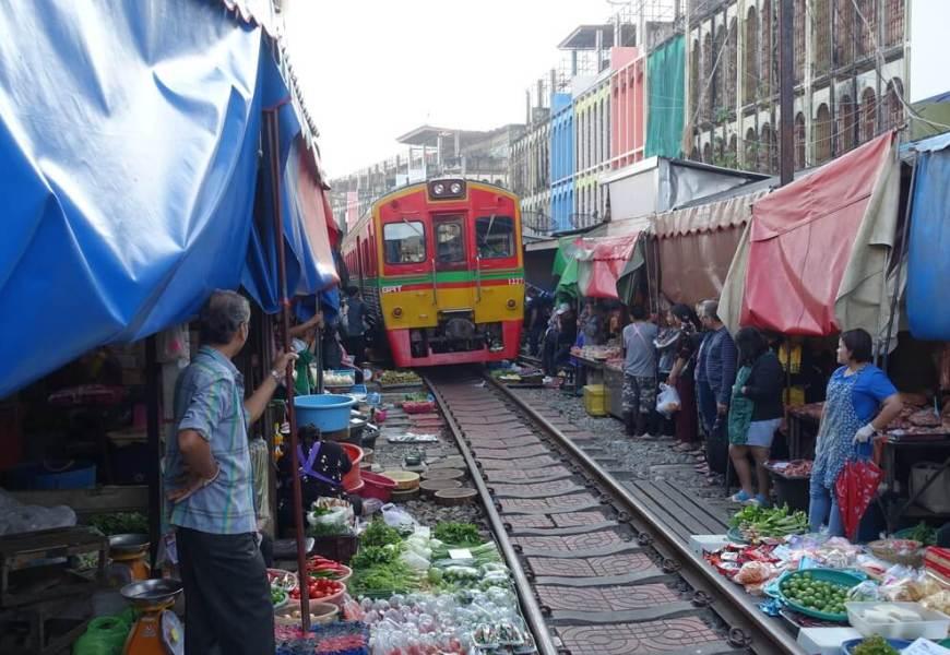 Targ na torach kolejowych w Tajlandii