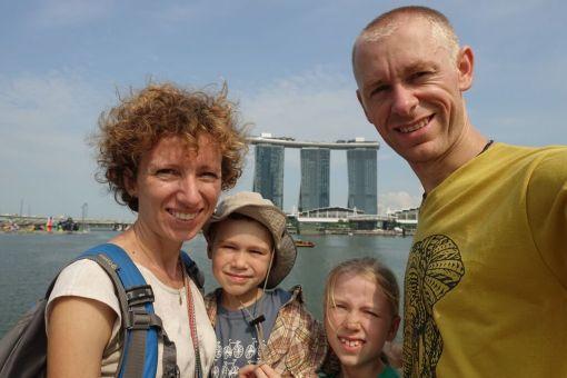Rodzinka w podrozy w Singapurze