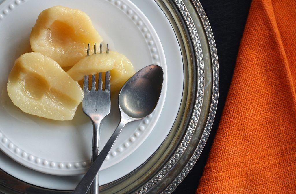 Sałatka z gruszką, serem pleśniowym i sosem winegret