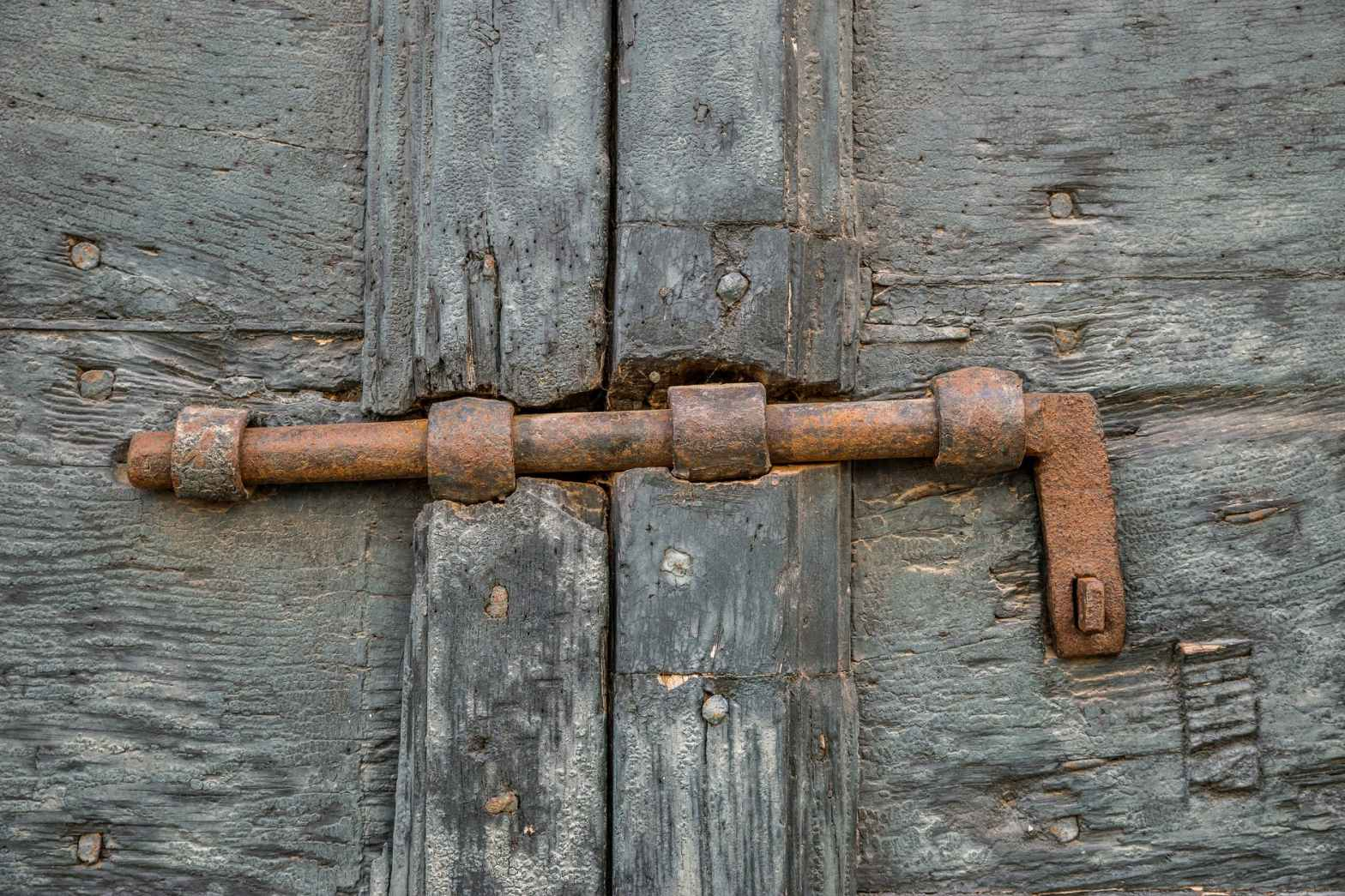 a brown rusty metal handle
