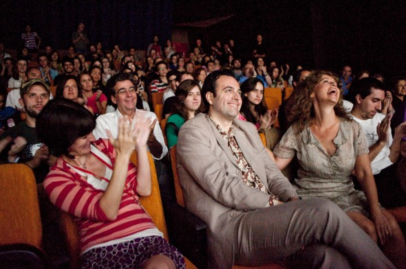 """A fotógrafa Scout Tufankjian parabeniza o diretor John Spellos e a fotógrafa Amy Arbus após a exibição da premiere do documentário sobre Amy Arbus. O documentário foi dirigido e produzido por Spellos e sua produtora """"Anthropy Arts""""."""