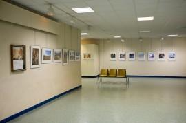 Local da exposição de fotos.