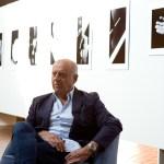Ralph Gibson em frente a algumas de suas imagens.