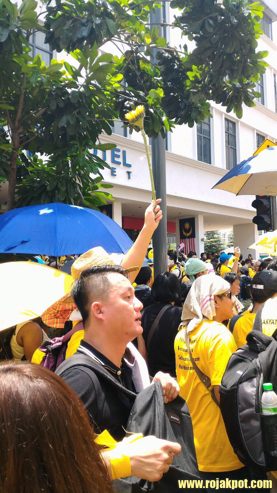 Bersih 4 Day 1 - Just outside Pasar Seni LRT station