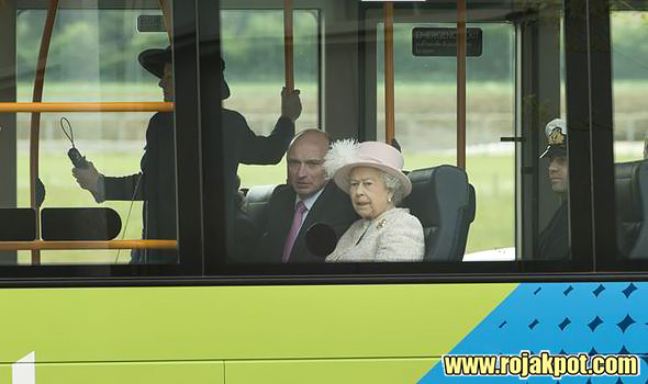 Queen Elizabeth on the guided bus to the Medical Research Council, Cambridge. Chris Radburn/PA Wire