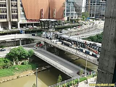 Mid Valley to KL Eco City Pedestrian Bridge Collapses