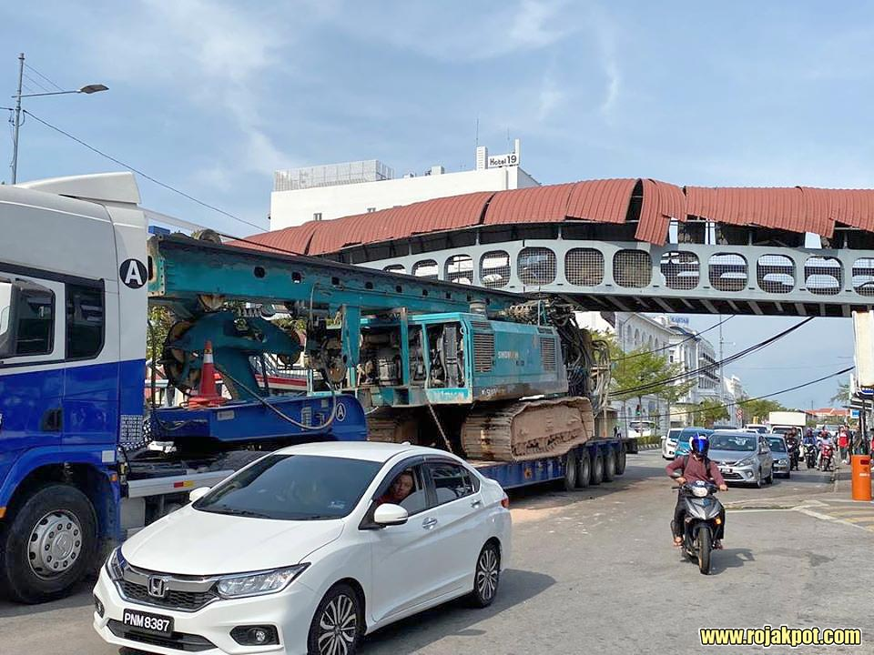 Watch : Trailer Hits Pedestrian Bridge In Penang!