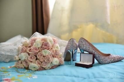 ramo y zapatos de novia