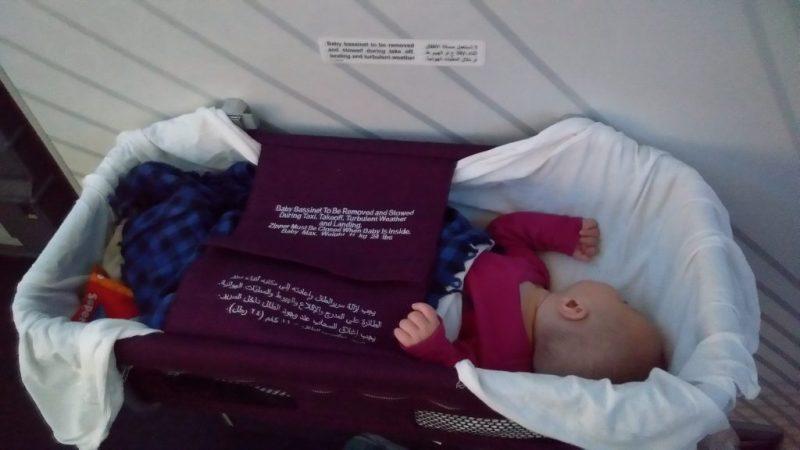 Бебе спи в кошчето на самлота