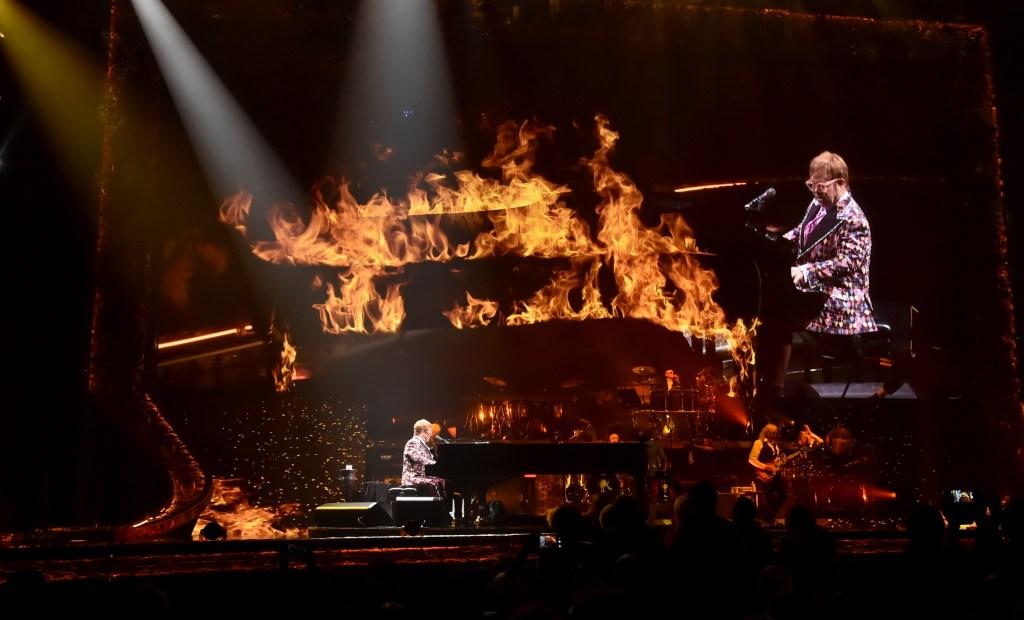 ALLENTOWN, PA - 08 septembre: Elton John effectue sur scène pendant son
