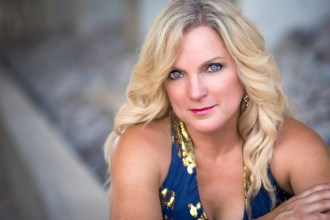 See Rhonda Vincent Depict a Relationship on the Rocks in 'Like I Could' Video