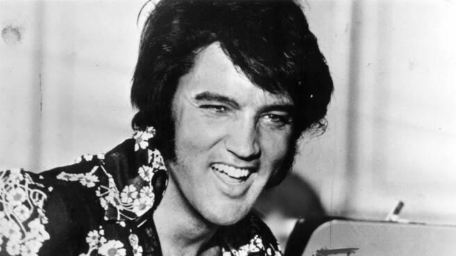 Ein lachender Elvis Presley im Jahr 1975