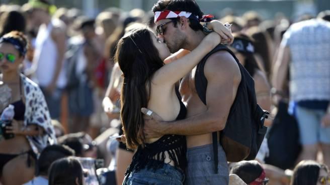 Just a kiss: Festival-Fans kommen sich näher