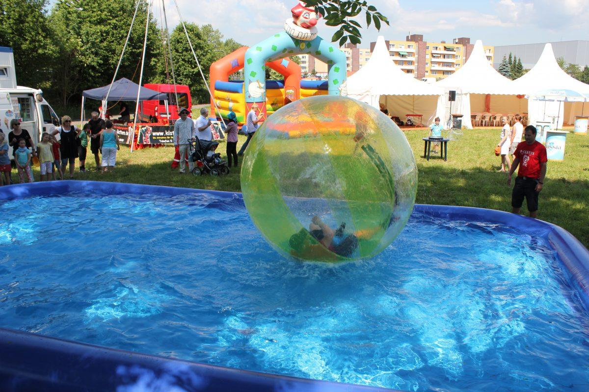 Kinderevent mit einem Wasserlaufball
