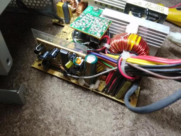 В блоке FSP ATX-400PNR сгорел резистор и вздулся ...