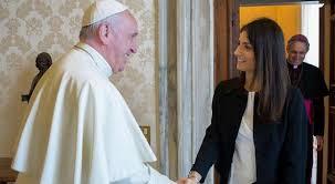 Papa Francesco in Campidoglio, l'abbraccio a Roma e ai romani.