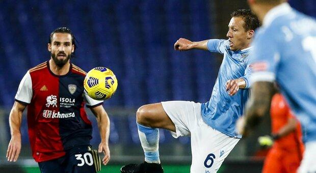 Lazio – Cagliari 1-0. Con la sesta vittoria consecutiva la Lazio aggancia il quarto posto.