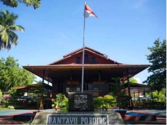 Rumah Adat Bantayo Poboide