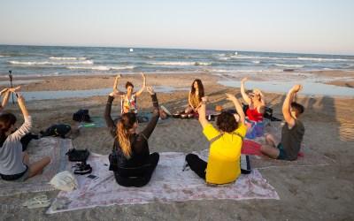 Yoga, spiaggia e benessere