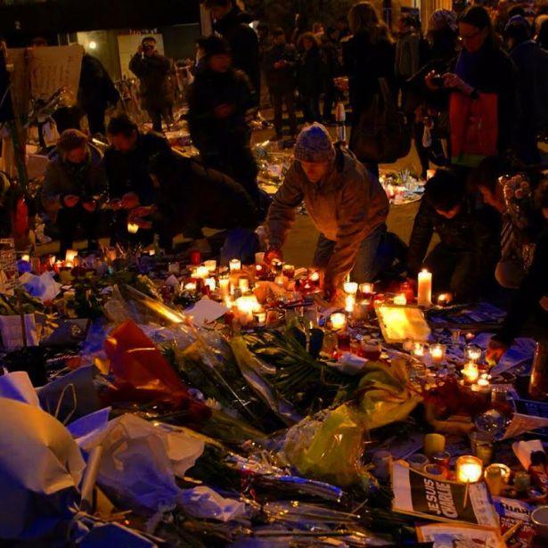 Veillée devant les locaux du Journal Charlie Hebdo 10 rue Nicolas Appert paris 75011 après le 7 janvier. Photo Mitra Etemad pour romainparis.fr - Tous droits réservés.