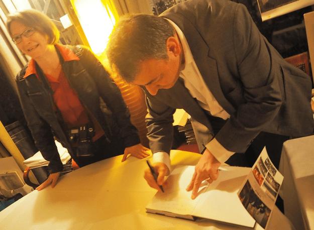 Livre Paris Trésors Culturels et Gourmand Dédicace par Bertand LAZARE