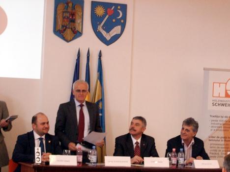 Gerard Schweighofer (în picioare) și Mircea Dușa (primul din dreapta)