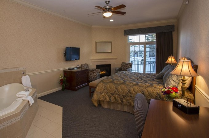 A Room with Jacuzzi and fireplace in hotel The Golden Gables Inn, North Conway, NH