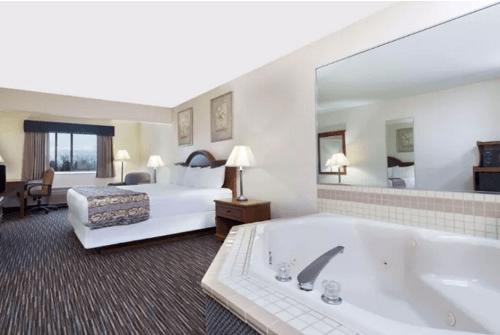 Baymont by Wyndham Columbus Rickenbacker, Ohio - a Jacuzzi suite