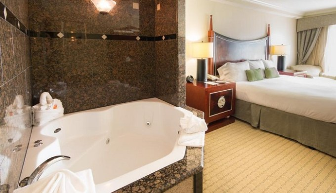 A suite with in-room Whirlpool in Radisson Hotel Orlando - Lake Buena Vista