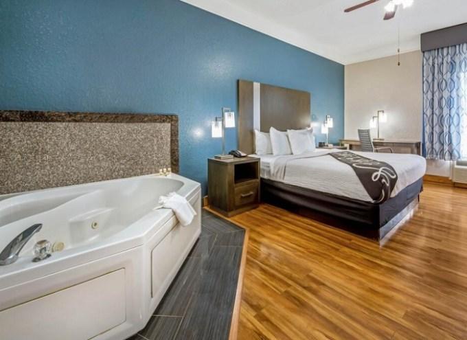 Jacuzzi room in La Quinta Inn & Suites by Wyndham Kingwood Houston IAH Airpt Hotel