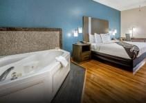 Jacuzzi room in La Quinta Inn & Suites by Wyndham Kingwood Houston IAH Airpt