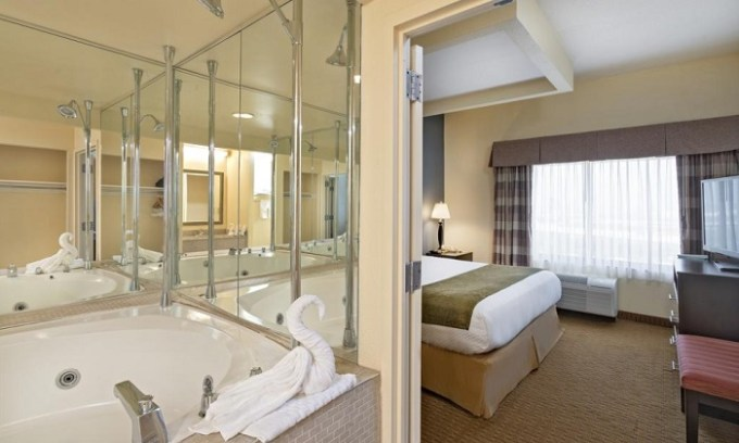 King room with a hot tub in Best Western Plus Hotel & Conference Center in Baltimore, Maryland