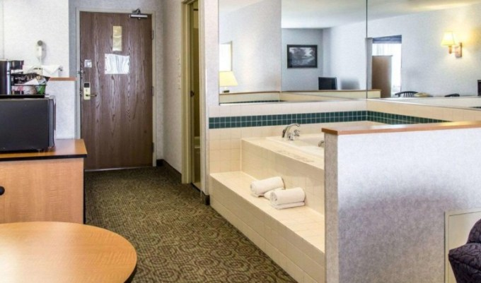 Room with 2-peron hot tub in Quality Inn and Suites Denver Airport - Gateway Park