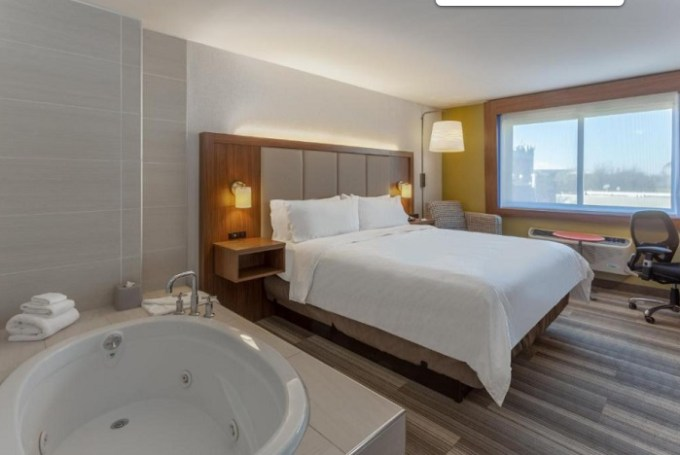 King room with hot tub in Holiday Inn Express LaGuardia Airport Hotel in NYC
