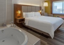 Room with hot tub in Holiday Inn Express LaGuardia Airport Hotel in NYC