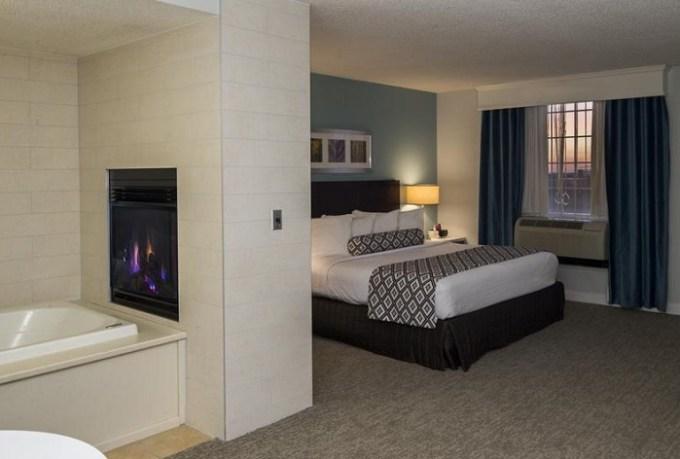 Hot tub suite in Crowne Plaza Hotel and Suites Pittsburgh South, Pensylvanya