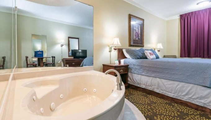 Room with a hot tub in Plantation Oaks, Millington, TN