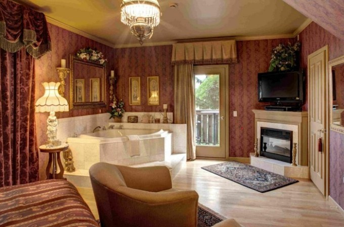 Jacuzzi suite in Twin Pine Manor, Lancaster, PA